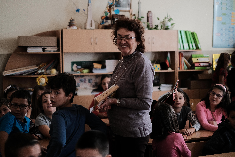 Валентина Вангелова - библиотекар, при ученишците от 4 - Б и 4 - Г клас