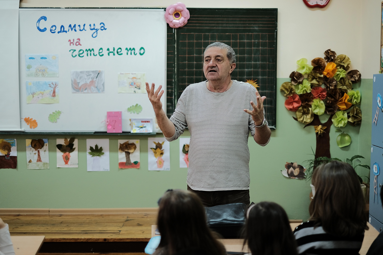 Писателят Николай илчев при учениците от 2 - А и 2 - В клас