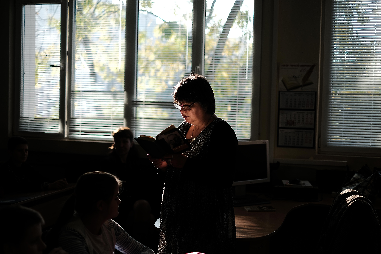Поетесата Здравка Шейретова при учениците от 7 - В