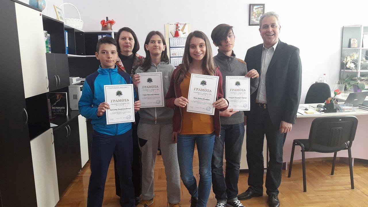 Отлично представяне на областния кръг на олимпиадата по химия - Георги, Красимир, Николай от VІІ - А клас и Дона от VІІ - В клас